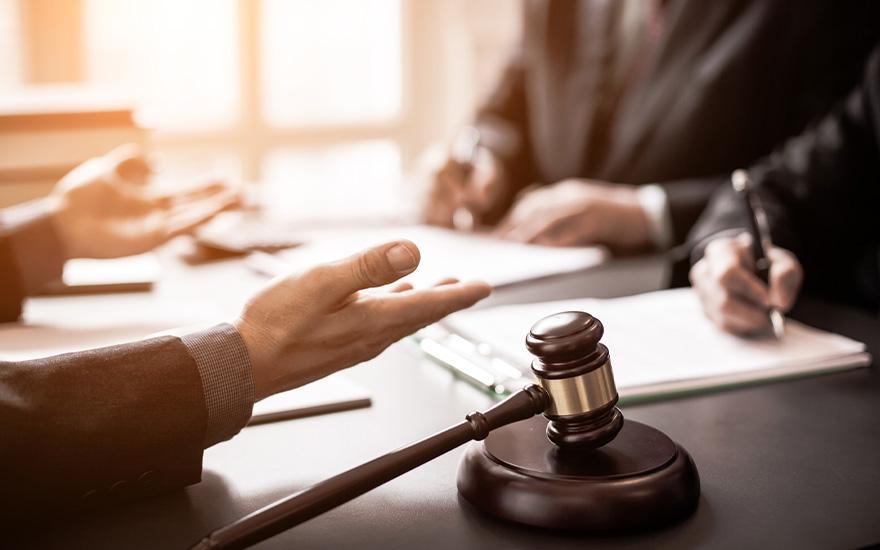 rozłożone ręce sędziego sądowego